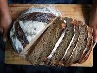 φέτες ψωμί σε καφέ ξύλινη σανίδα