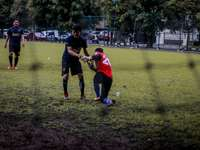 2 chłopców grających w piłkę nożną na zielonej trawie w ciągu dnia