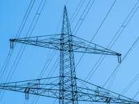 czarna wieża elektryczna pod błękitnym niebem w ciągu dnia