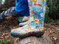 pár různobarevných dešťových bot