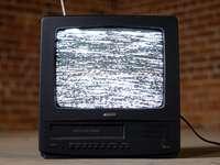 tv crt nera sul tavolo di legno marrone