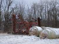röd metallmaskin på snötäckt mark under dagtid