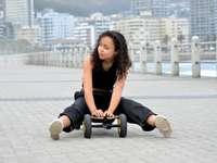 Mujer en camiseta negra sentada en silla de ruedas negra