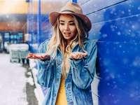 žena v modré džínové bundě a hnědém klobouku fedora