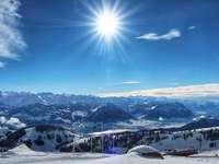 snötäckta berg under blå himmel under dagtid