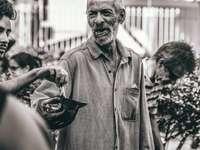 uomo in camicia pulsante in piedi vicino a persone