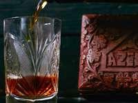 przezroczysta szklanka z brązowym płynem