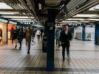 människor som går på tågstationen