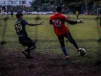 mężczyzna w czerwonej koszulce piłkarskiej kopanie piłki nożnej