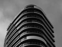 φωτογραφία κλίμακας του γκρι του πολυώροφου κτηρίου