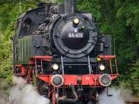 μαύρο και κόκκινο τρένο σε σιδηροδρομικές γραμμές