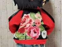 Mitsu im Rock-Outfit von hinten gesehen