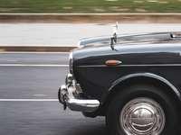 μαύρο αυτοκίνητο σε γκρι άσφαλτο κατά τη διάρκεια της ημέρας