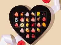 bonbóny ve tvaru červeného srdce a žluté a červené srdce