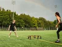 homem de camisa preta jogando futebol durante o dia