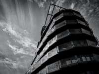ve stupních šedi fotografie výškové budovy