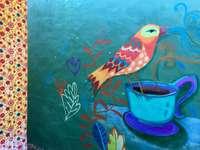 pește albastru și galben în găleată albastră