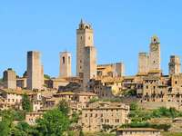 panoramę średniowiecznych wież San Gimignano we Włoszech