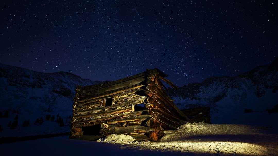 καφέ ξύλινο σπίτι σε χιονισμένο έδαφος κατά τη διάρκεια της νύχτας - Μια καμπίνα στο Κολοράντο. Mayflower Gulch, Κολοράντο, ΗΠΑ (5×3)