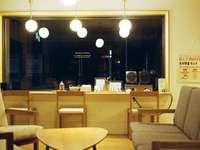 бяло и кафяво дървено бюро