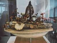 svartvita keramiska figurer på brunt träbord
