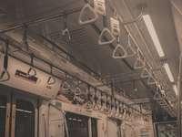 bílý a černý interiér vlaku
