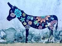 pittura cavallo blu e verde nero