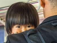 chłopiec w czarnej bluzie siedzi na czarnym krześle