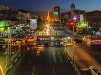 autók éjszakai eiffel-torony közelében úton
