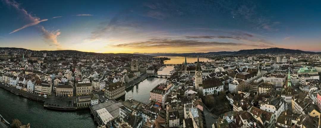 Vista aérea de los edificios de la ciudad durante el día - Zúrich, 4 de febrero de 2021, 07:54. Lindenhof, 8001 Zúrich, Schweiz (15×6)