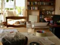 чиста чаша за пиене на масата