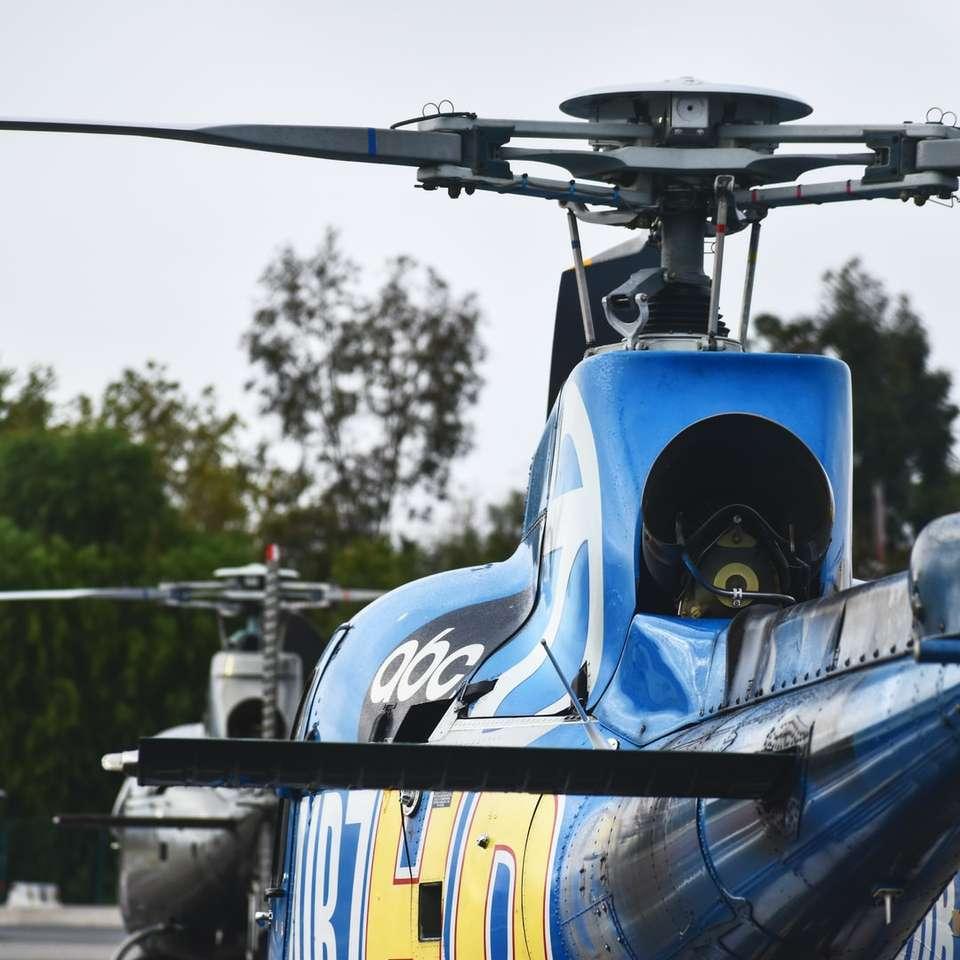 blauwe en zwarte helikopter in close-up fotografie - blauwe en zwarte helikopter in close-up fotografie overdag. . Van Nuys Airport, Los Angeles, Verenigde Staten (3×3)