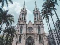 Église en béton beige sous un ciel bleu pendant la journée