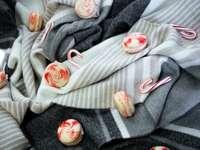 weiße und rote Bonbonverpackung auf grauem Textil