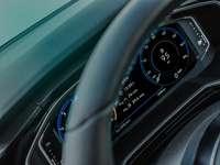 šedý volant a sdružený přístrojový panel