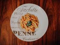 biały talerz ceramiczny na brązowym drewnianym stole