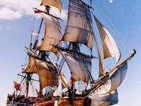 Barca a vela in alto mare