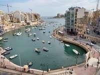 luchtfoto van boten op zee in de buurt van gebouwen van de stad