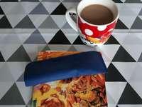 carte și cafea pe pânză de ulei