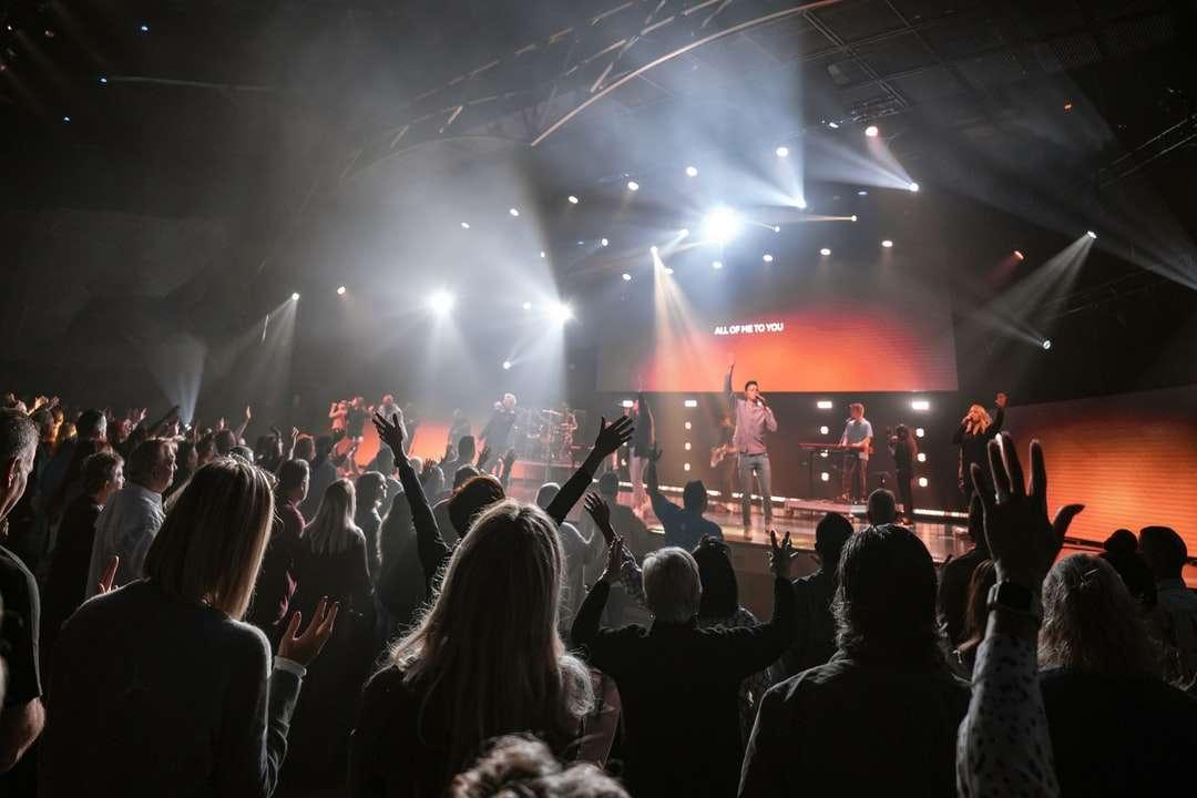 хора, които се събират на концерт през нощта - Хората, които се покланят в църквата. Църква на общината Бейсайд, Брадънтън, САЩ (6×4)