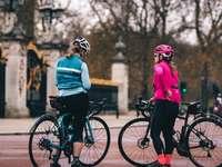 2 γυναίκες που οδηγούν με ποδήλατο κατά τη διάρκεια της ημέρας