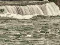 water valt op groen water