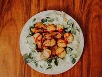 zöldségsaláta fehér kerámia tányérra
