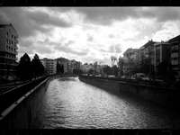 φωτογραφία του γκρι κλίμα του ποταμού μεταξύ κτιρίων