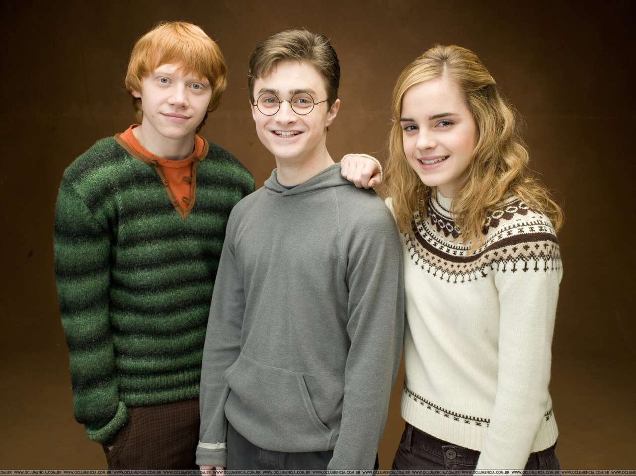 Harry, Ron en Hermione - Hermelien, geboren op 19 september 1979, arriveert op de Hogwarts School of Magic en is vastbesloten iedereen te verbazen met haar vindingrijkheid en ijver. Hoewel ze helemaal niet populair is, slaagt (12×9)