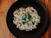 fehér és zöld zöldség étel fekete kerámia tál