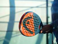 osoba držící oranžovou a bílou polka dot kulatý míč