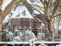 кафява и бяла бетонна къща