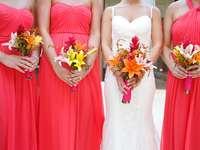 жена в бяла и червена рокля, държаща букет цветя
