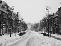 снимка в сивата скала на път между сгради